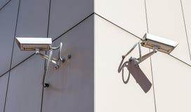 Überwachungskameras angebracht am Gebäude Lizenzfreies Stockbild