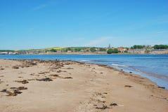 Berwick sobre tweed, el estuario del río, la arena y las paredes de la ciudad foto de archivo libre de regalías