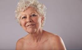 Überzeugte alte Frau mit Lächeln auf ihrem Gesicht Stockbild