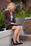 Überzeugte attraktive Vierziger kaukasisches blondes busin Stockfotos
