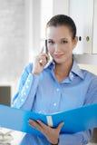 Überzeugte Geschäftsfrau, die Dokument betrachtet Lizenzfreie Stockbilder