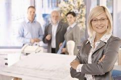 Überzeugte Geschäftsfrau mit Team Stockbilder