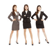 Überzeugte junge Geschäftsfrau-Teamstellung lokalisiert auf Weiß Stockfoto