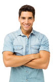 Überzeugte junger Mann-stehende Arme gekreuzt Stockfoto