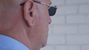 ?berzeugte Leibw?chter-Image Wearing Black-Sonnenbrille, die eine Sicherheits-Arbeit erledigt stockbilder