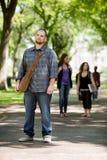 Überzeugte männlicher Studenten-On Standing Campus-Straße Lizenzfreies Stockfoto