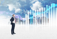 Überzeugte Person in voller Länge im Gesellschaftsanzug Eine Skizze von New York City und von Devisendiagramm auf dem Hintergrund Stockbild