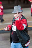 Überzeugter Alabama-Fan in Houndstooth-Hut macht Nummer Eins-Geste Stockfoto