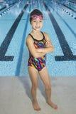 Überzeugter junger Schwimmer betriebsbereit zu konkurrieren Lizenzfreies Stockfoto