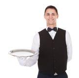 Überzeugter Kellner, der leeren Behälter hält Stockbild