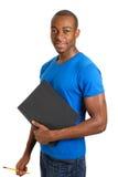 Überzeugter männlicher Kursteilnehmer, der ein Faltblatt und einen Bleistift anhält Lizenzfreie Stockbilder