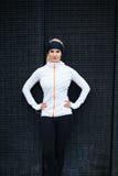 Überzeugter weiblicher Athlet draußen Lizenzfreie Stockfotografie