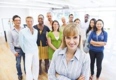 Überzeugtes Geschäfts-Team mit ihrem Führer in der Front Lizenzfreie Stockbilder