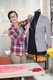 Überzeugtes Modedesigner-Pinning Suit On-Mannequin Lizenzfreie Stockbilder
