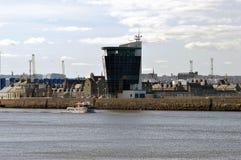 Besättningöverföringsfartyget lämnar den Aberdeen hamnen, Skottland, för att välja u Arkivbild