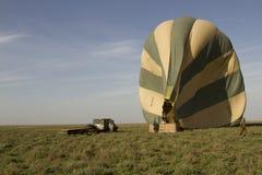 Besättning för ballong för varm luft, Serengeti, Tanzania Arkivbilder