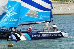 Besättningen av vågen, att justera för det Muscat laget seglar på den extrema segla serien Singapore 2013 Arkivfoton