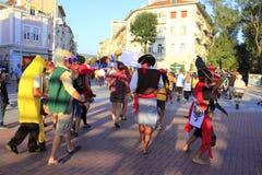 Besättningen ståtar roligt piratkopierar Varna gataBulgarien Royaltyfri Bild