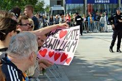 Besök av de kungliga paren i Warszawa Folk som rymmer Union Jack flaggor och blommor Royaltyfria Foton