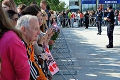 Besök av de kungliga paren i Warszawa Folk som rymmer Union Jack flaggor och blommor Royaltyfri Bild