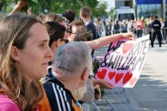 Besök av de kungliga paren i Warszawa Folk som rymmer Union Jack flaggor och blommor Arkivfoton