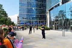 Besök av de kungliga paren i Warszawa Folk som rymmer Union Jack flaggor och blommor Arkivbilder