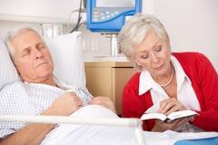 Besök maka för hög kvinna i sjukhus Royaltyfri Bild