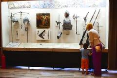 Besök museum för familj Fotografering för Bildbyråer