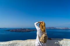 Besöka av den berömda vita ön av Santorini i Grekland arkivfoto