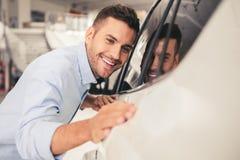 Besöka bilåterförsäljaren Royaltyfri Foto