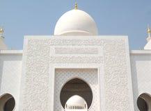 Besöka den storslagna moskén i Abu Dhabi Härlig solig dag Royaltyfri Bild