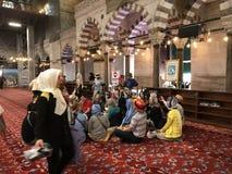 Besöka en moské Royaltyfria Bilder