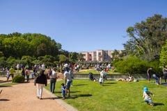 Besöka trädgårdarna av det Serralves huset Arkivbilder