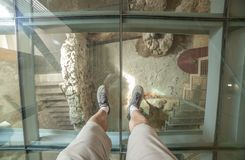 Besökare över det glass golvet av den Punic väggtolkningsmitten Royaltyfri Foto