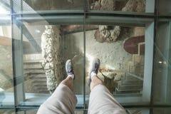 Besökare över det glass golvet av den Punic väggtolkningsmitten Royaltyfri Bild