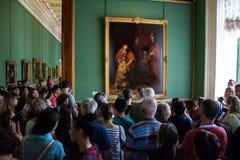 Besökare beundrar målningar av Rembrandt, fotografering för bildbyråer