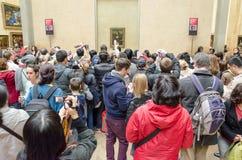 Besökare beundrar ståenden av Mona Lisa Royaltyfri Fotografi