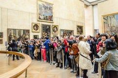 Besökare beundrar ståenden av Mona Lisa Arkivbilder