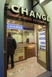 Besökare för gemensam valutautbyte Arkivfoton