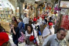 Besökare från över hela världen besök via De Larosa i den gamla staden, jerusalem Royaltyfri Foto