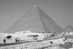 Besökare framme den stora pyramiden Royaltyfria Bilder
