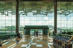 Besökare går i ingångsavvikelsen Hall i den Changi flygplatsen Singa Arkivbild