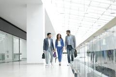 Besökare går i lobbyen av affärsmitten arkivfoton