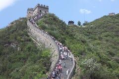 Besökare går på den stora väggen av Kina på Arkivfoton