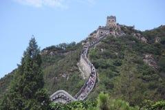 Besökare går på den stora väggen av Kina på royaltyfri fotografi