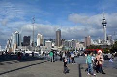 Besökare går på den Wynyard fjärdedelen mot ny Auckland horisont royaltyfri bild