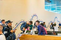 Besökare går runt om avvikelsen Hall i den Changi flygplatsen Singapore Royaltyfri Fotografi