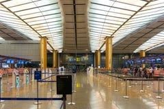Besökare går runt om avvikelsen Hall i den Changi flygplatsen Singapore Fotografering för Bildbyråer