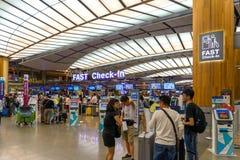 Besökare går runt om avvikelsen Hall i den Changi flygplatsen Singapore Royaltyfria Bilder