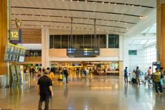 Besökare går runt om avvikelsen Hall i den Changi flygplatsen Singapore Arkivbilder